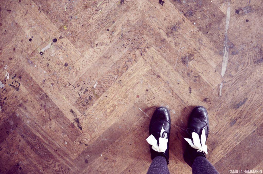 gamla trägolv med målarfläckar = finaste golven
