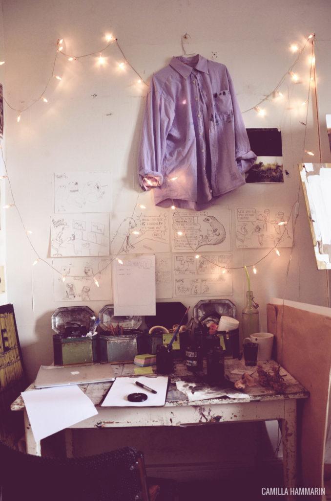 lagom stökiga skrivbordet med målarrocken